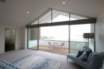 Holiday home achieves stunning coastal views thanks to slim framed glazing. IQ Glass.
